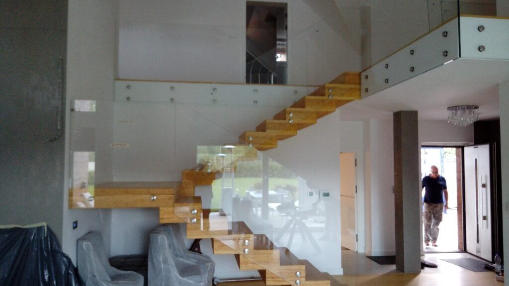 Balustrada szklana mocowana na rotulach
