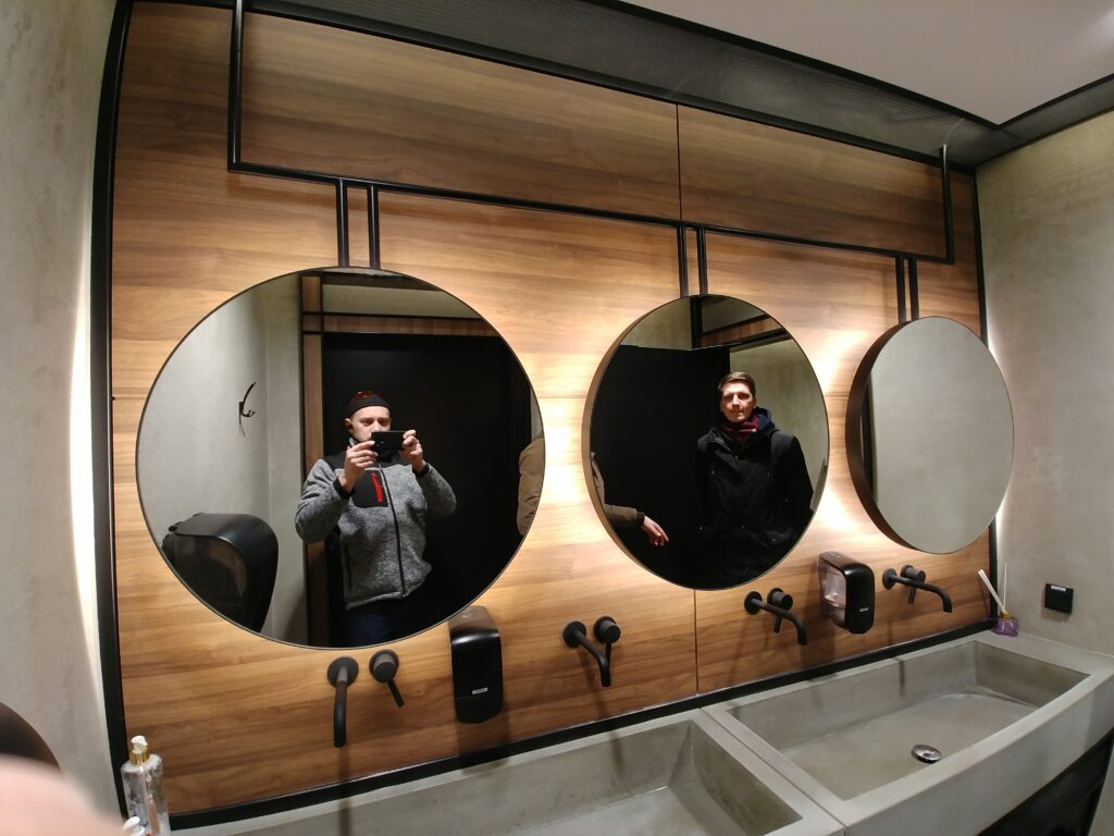 Okrągłe lustra podświetlane na stalowej konstrukcji