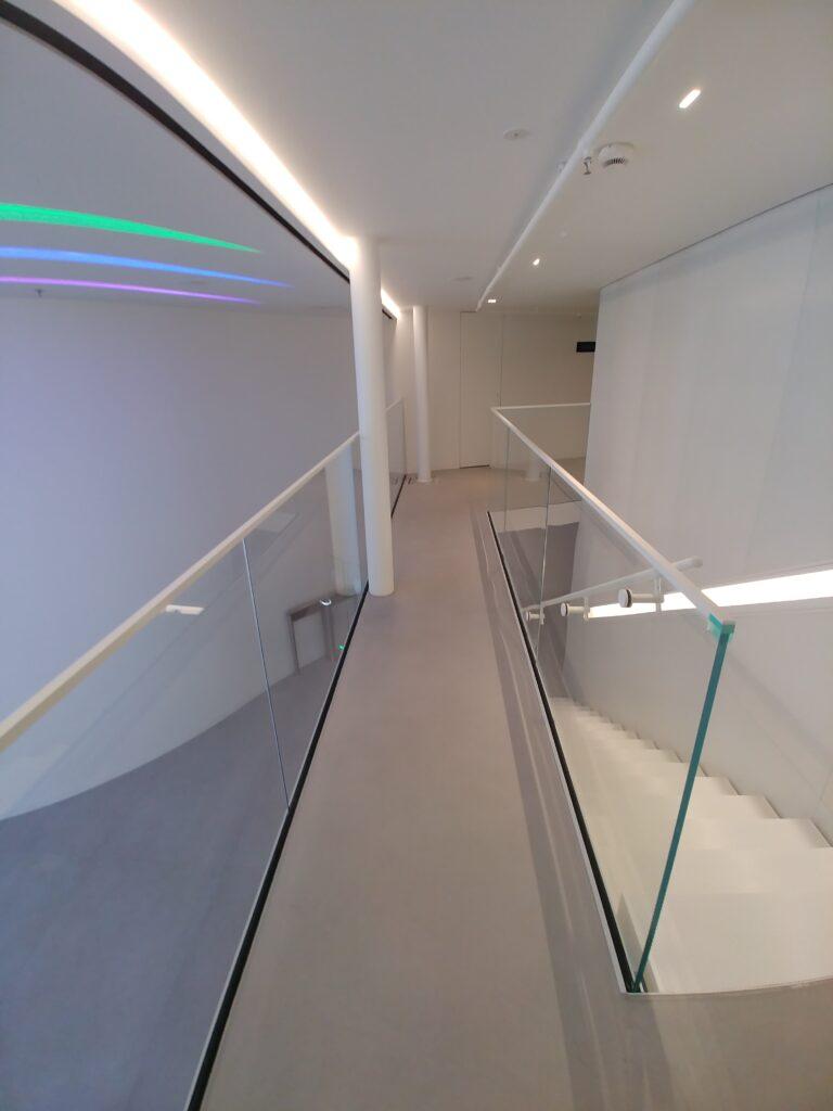 Balustrada szkło bezpieczne przestrzeń biurowa, mocowania i okucia w kolorze białym (001)