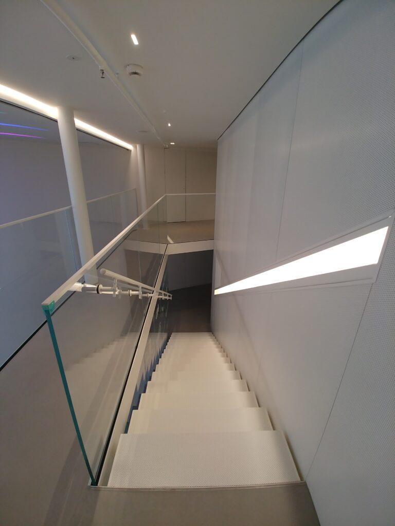 Balustrada szkło bezpieczne przestrzeń biurowa, mocowania i okucia w kolorze białym (003)