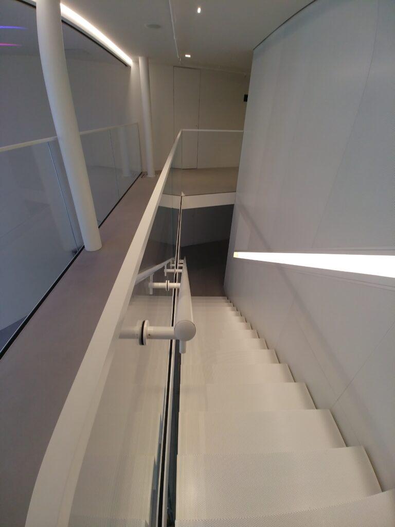 Balustrada szkło bezpieczne przestrzeń biurowa, mocowania i okucia w kolorze białym (004)