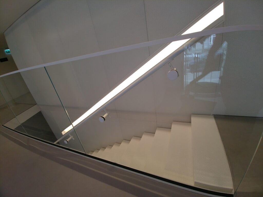 Balustrada szkło bezpieczne przestrzeń biurowa, mocowania i okucia w kolorze białym (002)