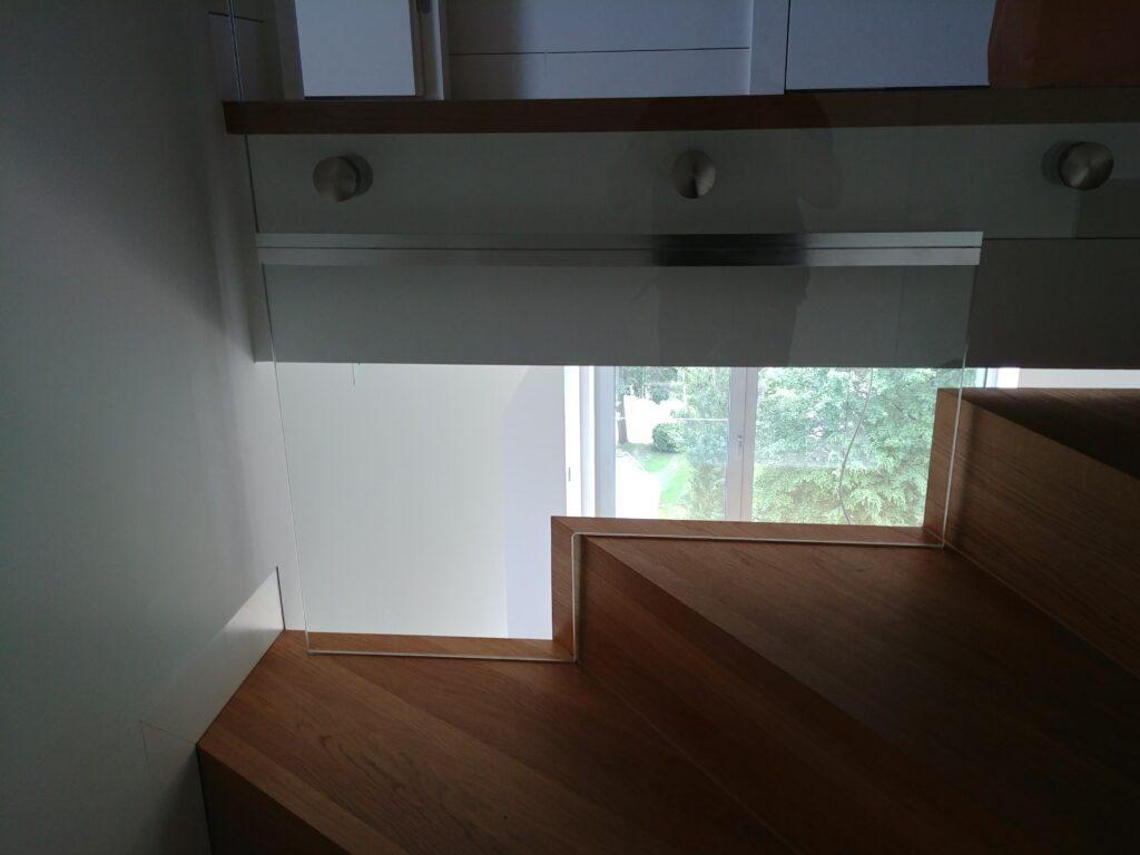 Szklana rewizja przy schodach