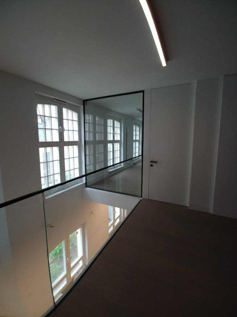 Szklana balustrada, szklane ścianki w czarnych profilach