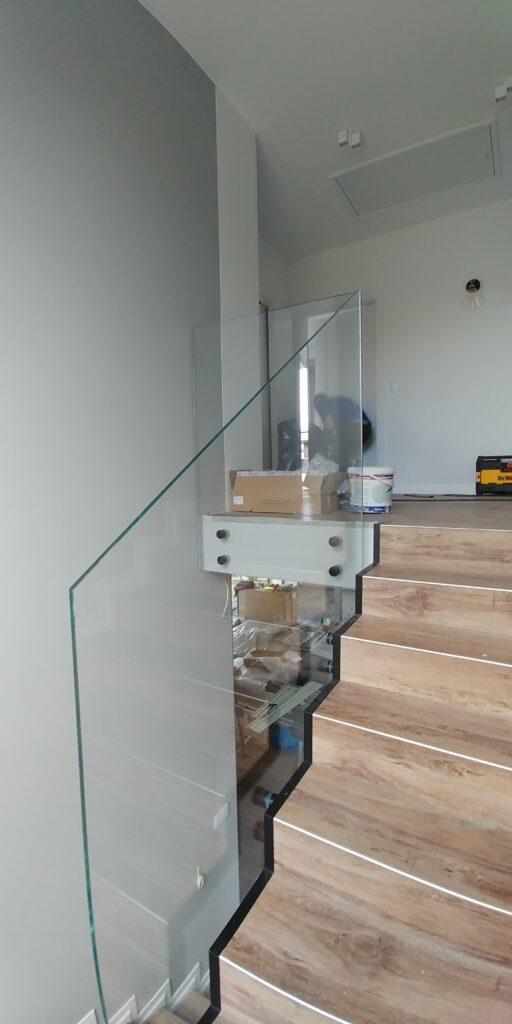 Szklana balustrada z czarnymi mocowaniami (001)