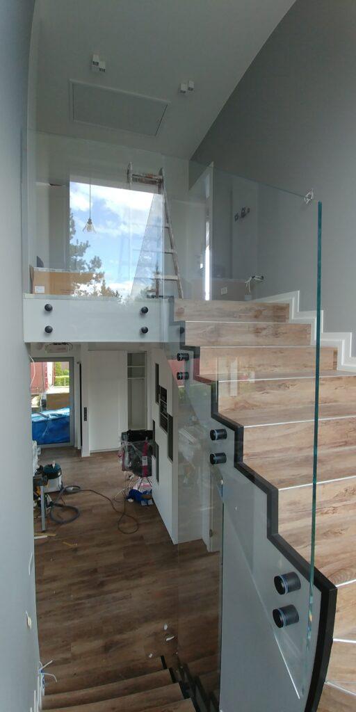 Szklana balustrada z czarnymi mocowaniami (002)