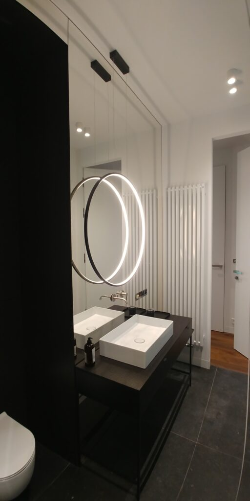 Lustro łazienkowe z podwieszanym podświetleniem