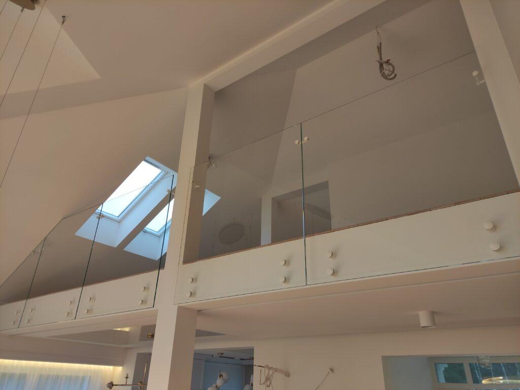 Balustrada szklana w budynku mieszkalnym z białymi okuciami (002)
