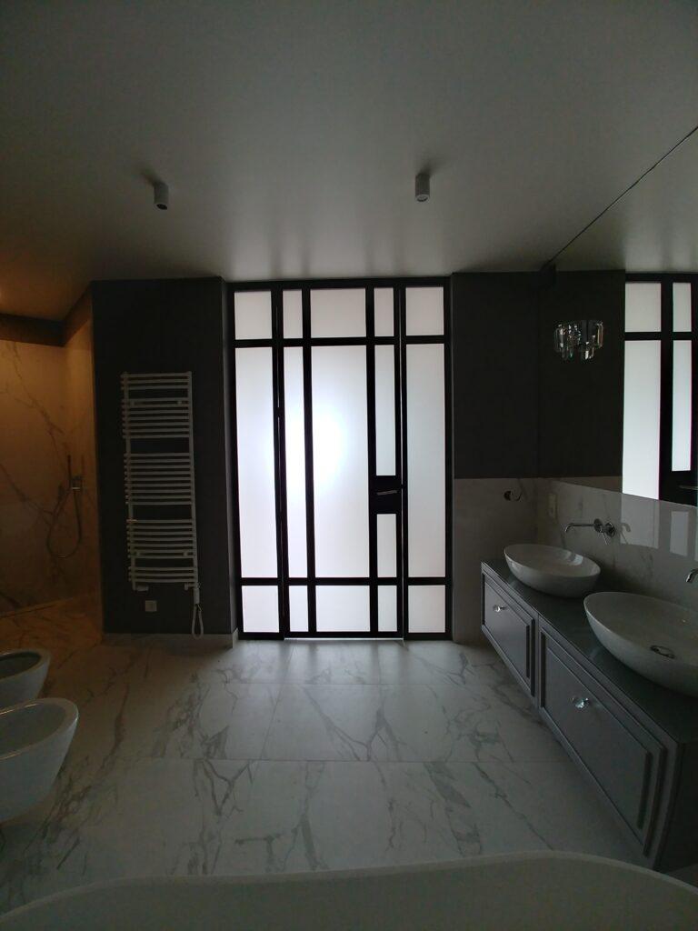 ścianka loft do łazienki ze szkłem matowym
