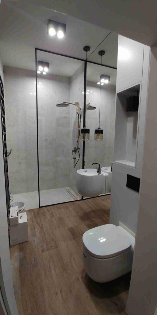 lustro na pełną wysokość z podwieszaną umywalką